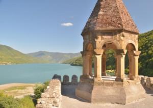 Zamek w Ananuri nad zbiornikiem Żinwali